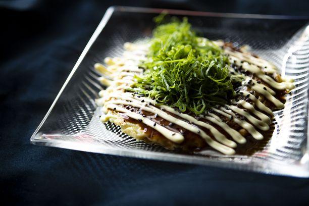 Okonomiyaki, suolainen pannukakku, on yksi Karun suosituimmista annoksista. - Olemme saaneet annoksesta paljon hyvää palautetta. Annos on hyvin klassinen ja helppo tehdä, Valtteri Willberg kertoo.