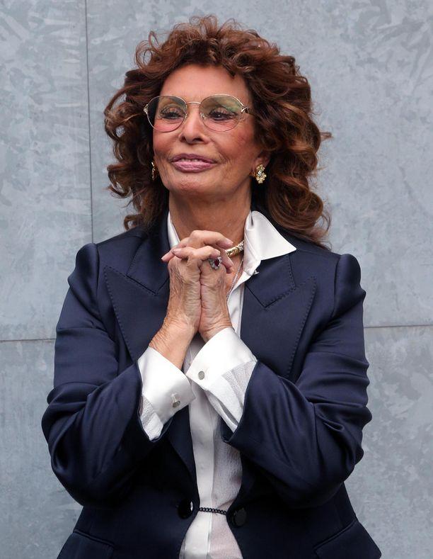 Näyttelijä Sophia Loren on yhä hyvässä kunnossa, vaikka kertoi Iltalehden haastattelussa joulukuussa, ettei juuri harrasta liikuntaa.