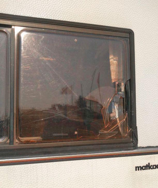 Viivin ja Merin asuntoautoon murtauduttiin Kreikassa kahdesti.