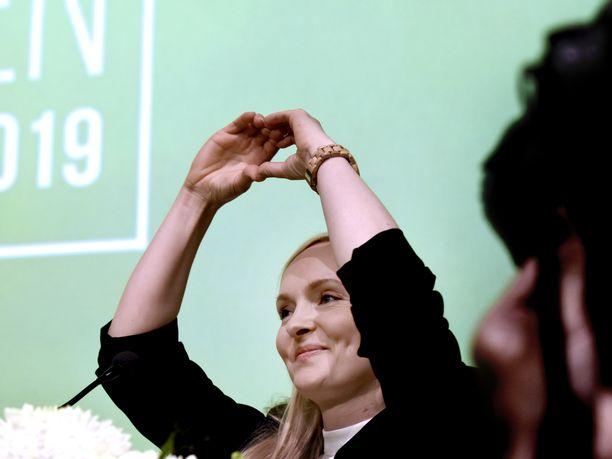 Maria Ohisalo teki puoluekokouspaikan lavalla sydänmerkin tultuaan valituksi puheenjohtajaksi.