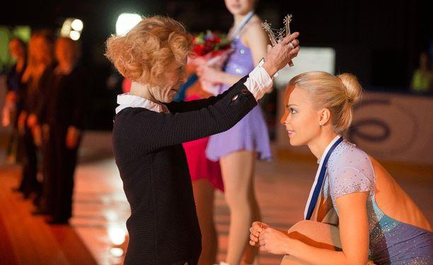 Susanna Rahkamo kruunasi kultamitalisti Kiira Korven.