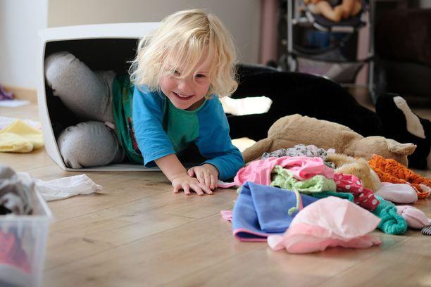 Marie Kondo oivalsi, että vanhemmuus tuottaa vieläkin enemmän iloa kuin siisti koti. Kuvituskuva.
