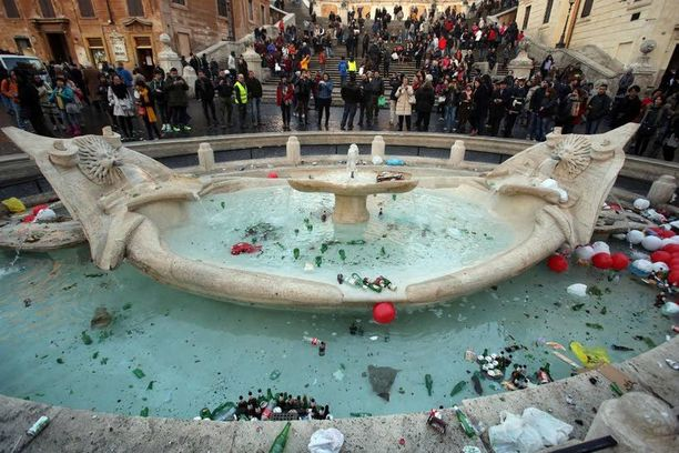 Espanjalaisten portaiden edustalla oleva barokkiaikainen Fontana della Barcaccia tuhoutui satuaan osansa huligaanien raivosta.