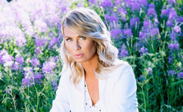 Heidi Suomi uskoo, että sinkun tulee olla onnellinen itsensä kanssa ennen kuin on valmis parisuhteeseen.