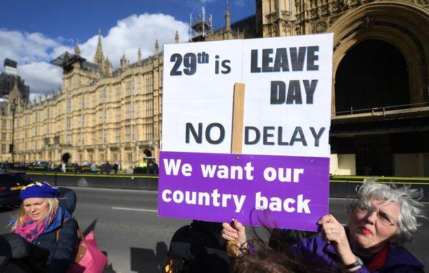 Parlamentin ulkopuolella mielenosoittajat vaativat, että Britannian on lähdettävä EU:sta ensi viikon perjantaina.
