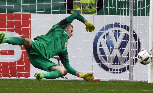Ja Lukas Hradecky venyy.