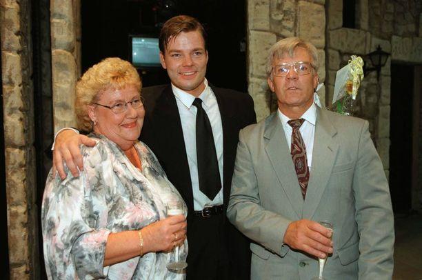 Jari Sillanpää vanhempiensa Raijan ja Raimon kanssa kuvattuna vuonna 1997.