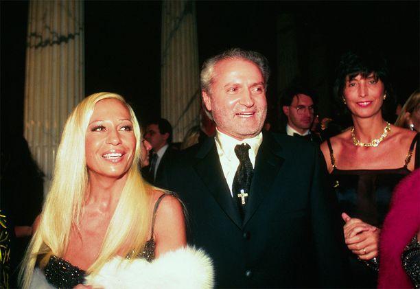 Donatella ja Gianni olivat sisaruksia, liikekumppaneita ja hyviä ystäviä. Donatella ei vieläkään ole päässyt veljensä kuolemasta ylitse.