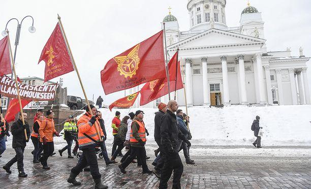 Ay-liike osoitti mieltään hallitusta vastaan Helsingin Senaatintorilla helmikuun alussa.