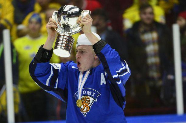 Rasmus Ristolainen pääsi nostamaan alle 20-vuotiaiden mestaruuskannua alkuvuonna 2014.