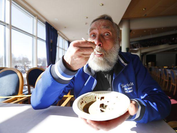 Juha Mieto ihastui mämmiin jo 1950-luvulla pienenä poikana. Nykyisin mies syö joka kevät 40 mämmiropeellista.