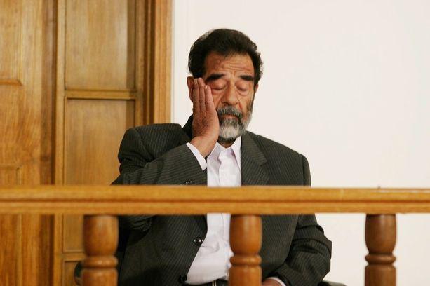 Saddam Hussein oikeudessa heinäkuussa 2004.