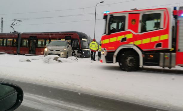Tapahtunutta tutkitaan taksinkuljettajan osalta epäiltynä liikenneturvallisuuden vaarantamisena.