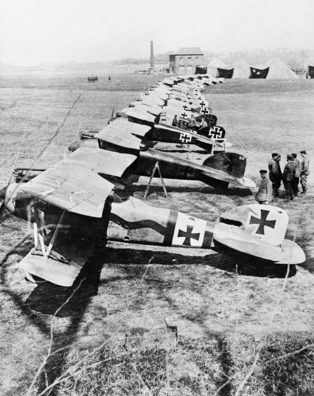 Yleisin lentokonemalli ensimmäisessä maailmansodassa oli yksipaikkainen, yksimoottorinen kaksitasohävittäjä. Toinen kone edestäpäin oli Manfred von Richthofenin punaiseksi maalattu Albatros D.III.
