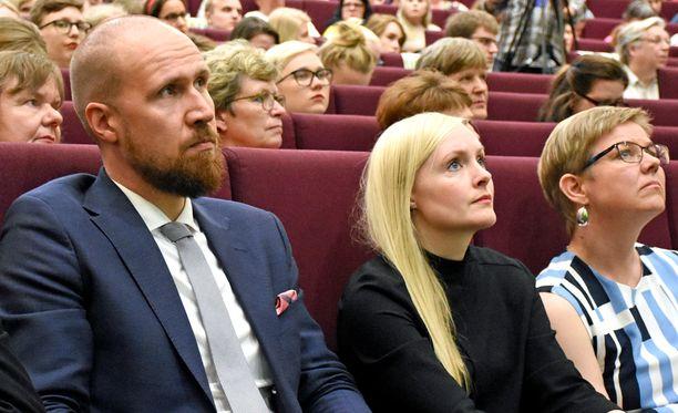 Touko Aalto, Maria Ohisalo ja Krista Mikkonen odottivat lauantaina jännittyneinä puheenjohtajaäänestyksen tuloksia puoluekokouksessa Tampereella.
