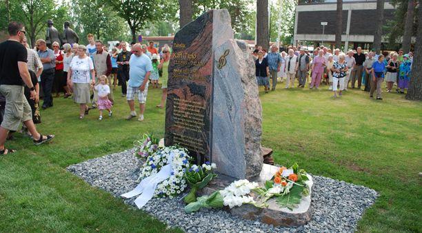 Kari Tapion muistomerkki paljastettiin sunnuntaina.