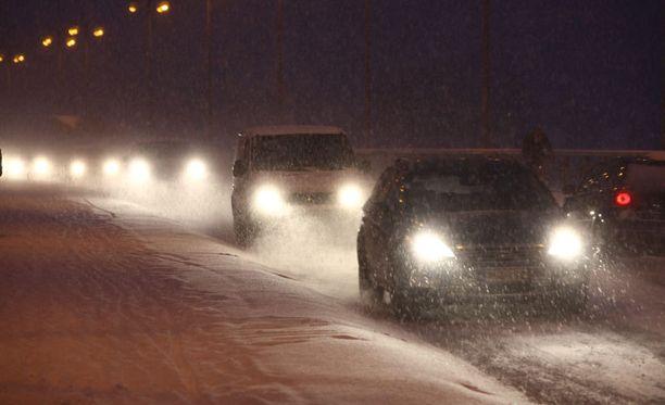 Talvirenkaat on syytä vaihtaa alle pian, sillä valtaosaan Suomea on satanut jo ensilumet.
