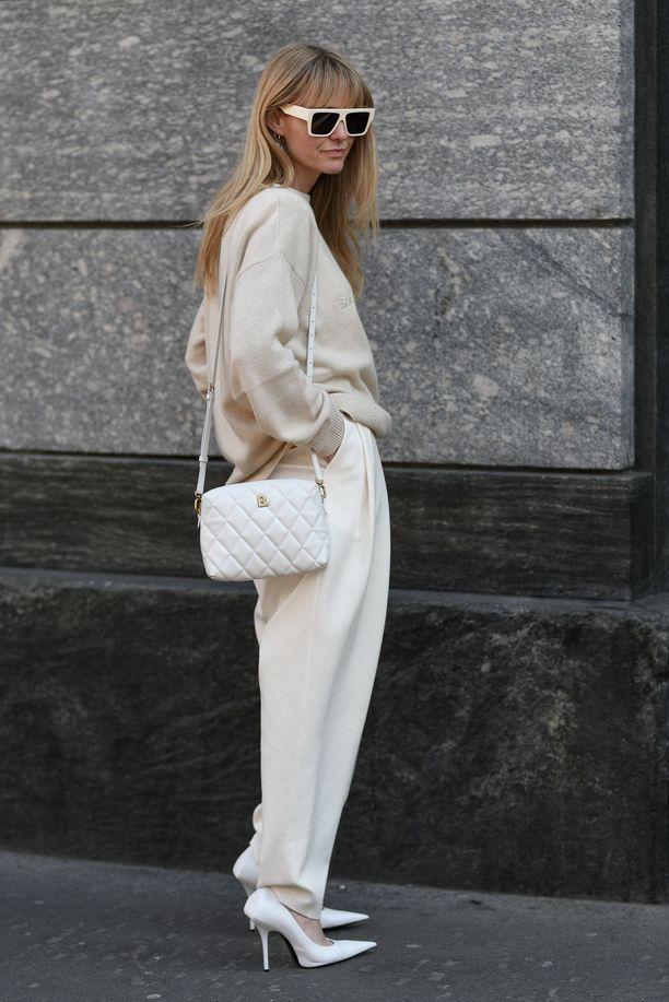 Jeanette Madsen ja talven suloisin asu: vaalea neule ja valkoiset villahousut. Sama väri jatkuu asusteissakin.