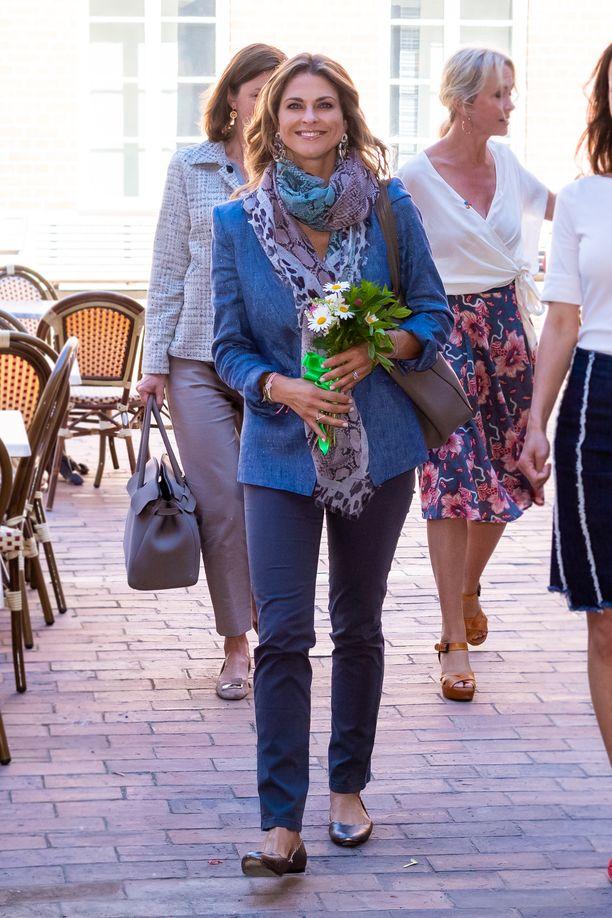 Prinsessa sai tilaisuudesta muistoksi kukkakimpun.