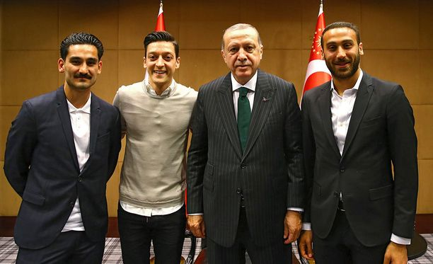 Tämä kuva on aiheuttanut ison kohun Saksassa. Ilkay Gündogan (vas.) Mesut Özil, Recep Tayyip Erdogan ja Cenk Tosun tapasivat sunnuntaina Lontoossa.