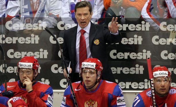 Venäjän päävalmentaja Vjatsheslav Bykov opasti joukkojaan Slovakiaa vastaan pelatussa ottelussa.