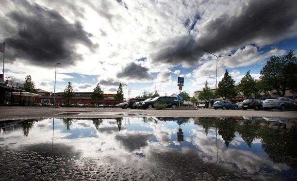 Ylivieskassa taivaalta laskeutui perjantaina pirullinen määrä vettä.