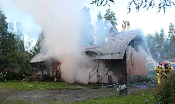 Palon sammutus- ja raivaustyöt vievät pelastuslaitoksen mukaan koko päivän.