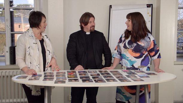 Ensitreffit alttarilla -ohjelman asiantuntijoina toimivat Marianna Stolbow, Kari Kanala ja Elina Tanskanen.