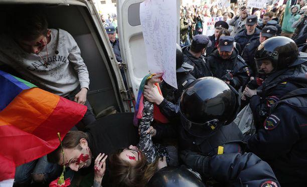 Venäjän poliisi pidätti homojen oikeuksia puolustaneita mielenosoittajia Pietarissa työväenpäivän paraatin yhteydessä.