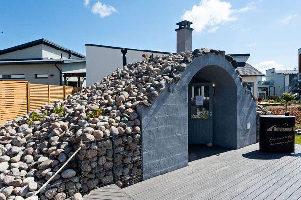Goto Gloria -kohteessa on holvisauna, jonka ulkomuoto on hyvin kaukana perinteisestä suomalaisesta pihasaunasta. Sauna sulautuu ympäristöönsä.