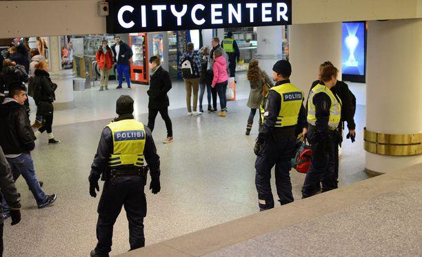 Poliisi on näkyvästi esillä Helsingin katukuvassa ja kauppakeskuksissa.
