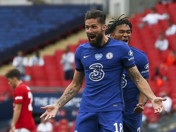 Olivier Giroud tuulettaa avausmaaliaan Manchester Unitedia vastaan. Giroudin takana ranskalaisen maalia juhlii Reece James.