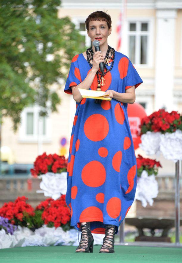 Maria Veitolalla oli yllään Annikki Karvisen pallokuosinen mekko.