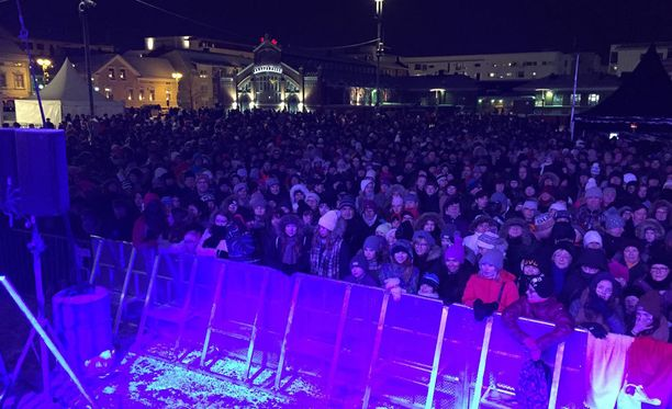 Oulun torille oli kokoontunut puoli seitsemän maissa noin 5000 ihmistä.
