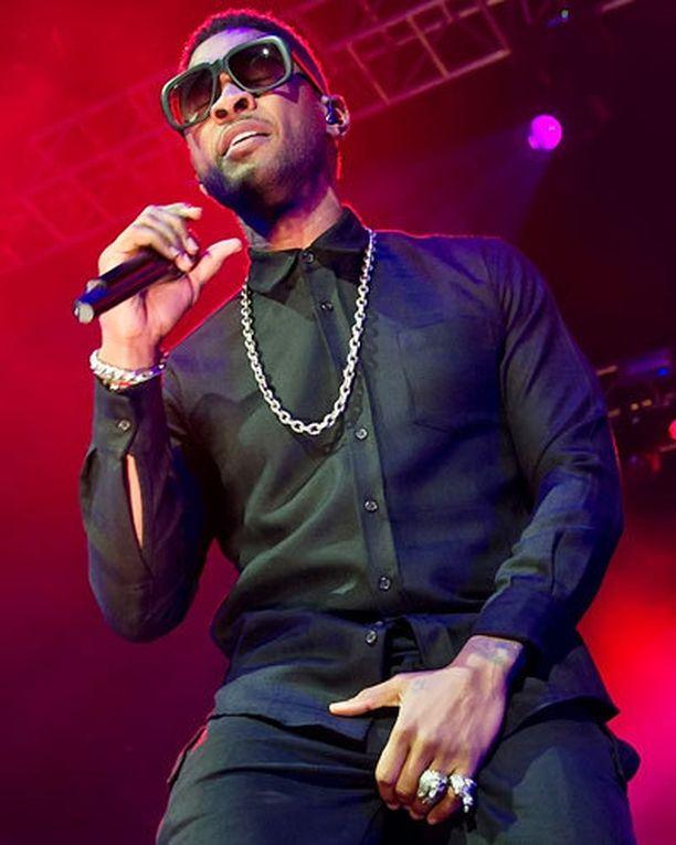 Usher sai korkosaapikkaasta kasvoihin.