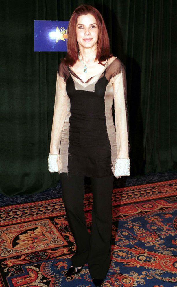 Sandra on kokeillut myös punaista tukkaa. Vuosi oli 2001.