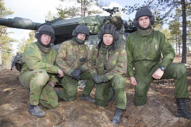Vaununjohtaja Vihma (oikealla) on erittäin tyytyväinen tiimiinsä. Tammelin, Sivula ja Wallén ovat myös tyytyväisiä saamaansa koulutukseen.