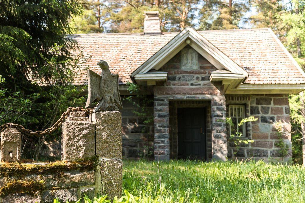 Portilla tulijoita tervehtii kotka, jonka Rauni veisti kivestä.