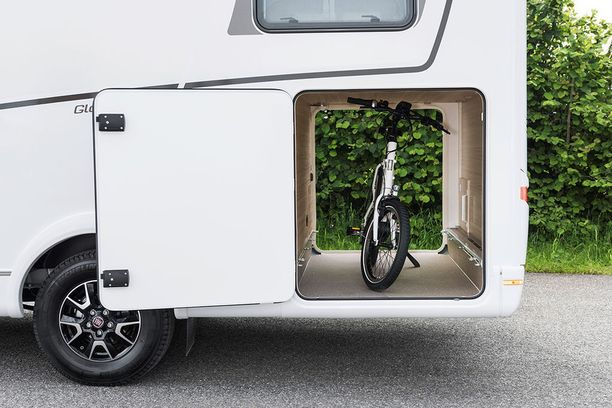 Pyörä kulkee kätevästi matkailuauton pesäosassa.
