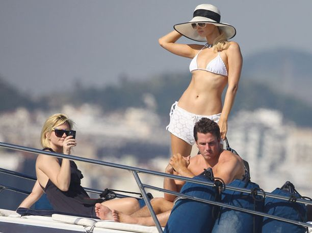 Paris, Doug ja seurue kylpivät auringossa jahdin kannella.