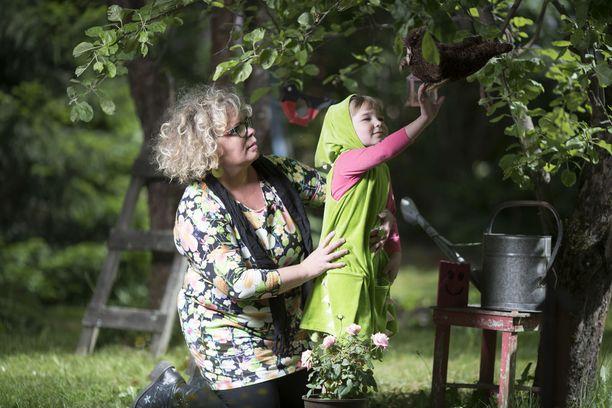 Jotkut vanhemmat kieltävät lapsiltaan pelaamisen kokonaan. Petronella Grahn ei kannata noin tiukkaa linjaa.Tämä ikäpolvi pelaa. Ja pelaaminen opettaa lapsille järisyttävän paljon taitoja sen pelaamisen ohella.