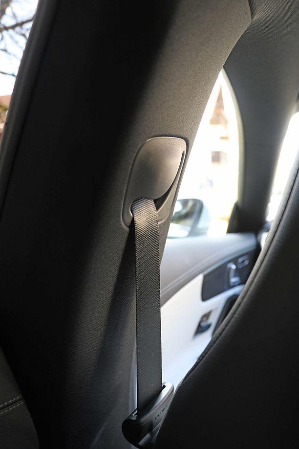 Turvavöiden korkeus säätyy puoliautomaattisesti tämän hahlon kautta, mutta normaali turvavöiden korkeussäätö tarjoaisi ehkä monipuolisemmat säädöt.