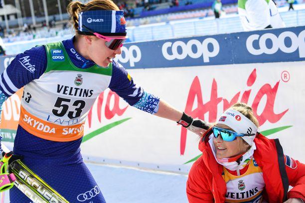 Kerttu Niskanen onnitteli lauantaina Lahdessa perinteisen kympin voittajaa Therese Johaugia.