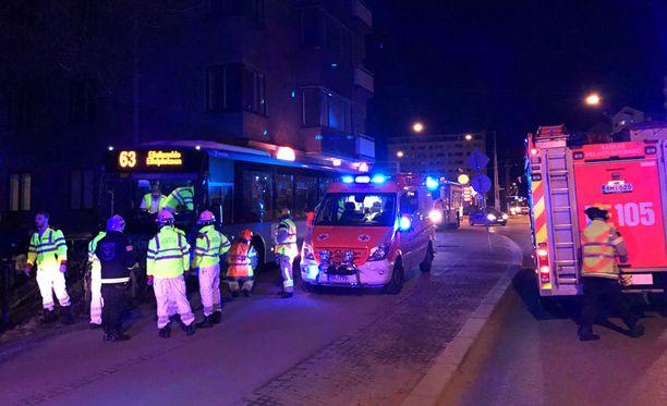 Linja-auto törmäsi kerrostalon seinään Helsingin Mannerheimintien ja Tukholmankadun risteyksessä.