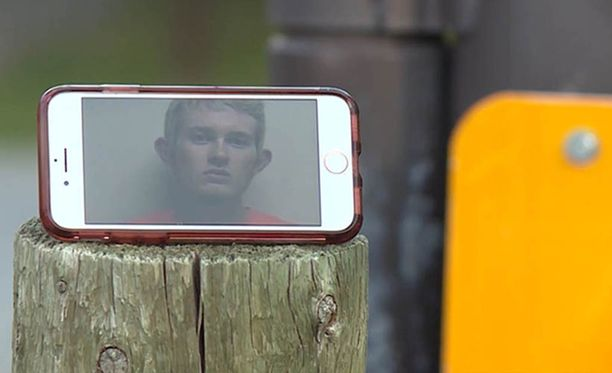 Przybycien kuvasi koko traagisen tapahtuman matkapuhelimella.