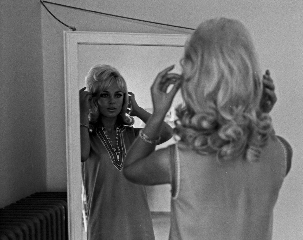 Tyttöjen ja naisten seksuaalisuus oli 1960-luvun Suomessa asia, joka aiheutti paheksuntaa. Yhteiskunta ei sallinut tytöille eikä vanhemmille naisillekaan lukuisia sukupuolisuhteita. Kuvituskuva.