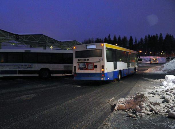 Bussikuljettaja jätti 9-vuotiaan tytön bussista torstai-iltana Espoossa, kun lapsella ei ollut riittävästi rahaa maksaa lipusta. Kuvan bussi ei liity tapaukseen.
