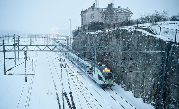 Talvinen maisema Helsingissä, juna matkalla rautatieasemalle.