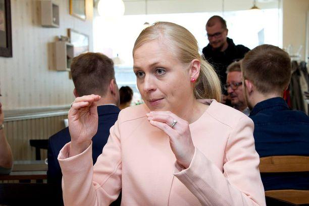 Elina Lepomäki uskoo, että Angela Merkel saa säilyttää kasvonsa Euroopan keskuspankin avustuksella.