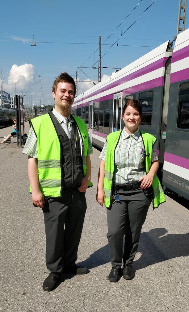 Oskari Auvinen ja Iida Hautamäki olivat yhtä mieltä siitä, että parasta työssä ovat kohtaamiset pienten lasten ja koiranpentujen kanssa.
